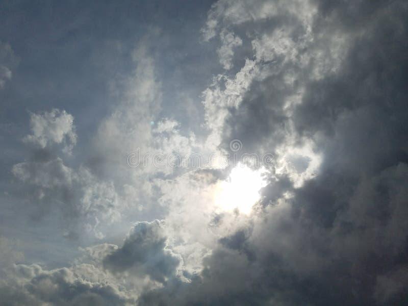 Słońce chujący wśrodku chmur w dziennego nieba chmurnym dniu fotografia royalty free