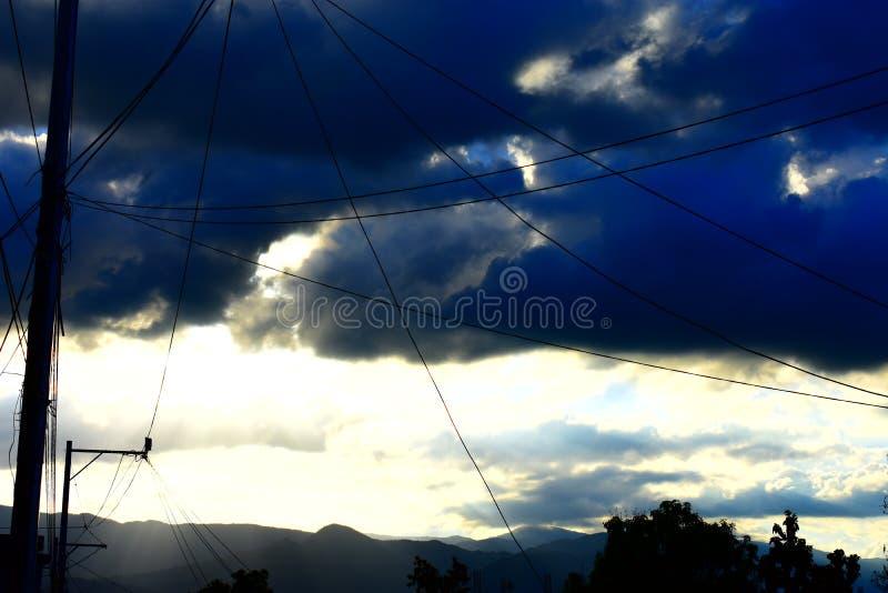 Słońce chujący w burzowym niebie zdjęcie royalty free