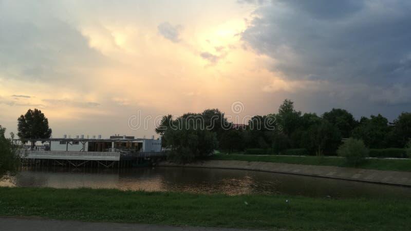 Słońce chujący w chmurach obraz royalty free