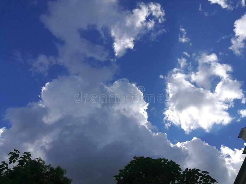 Słońce chujący za chmurami obraz stock