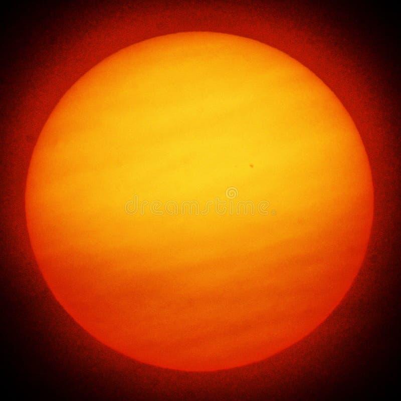 Słońce i korona słoneczna w chmurnym niebie obraz stock