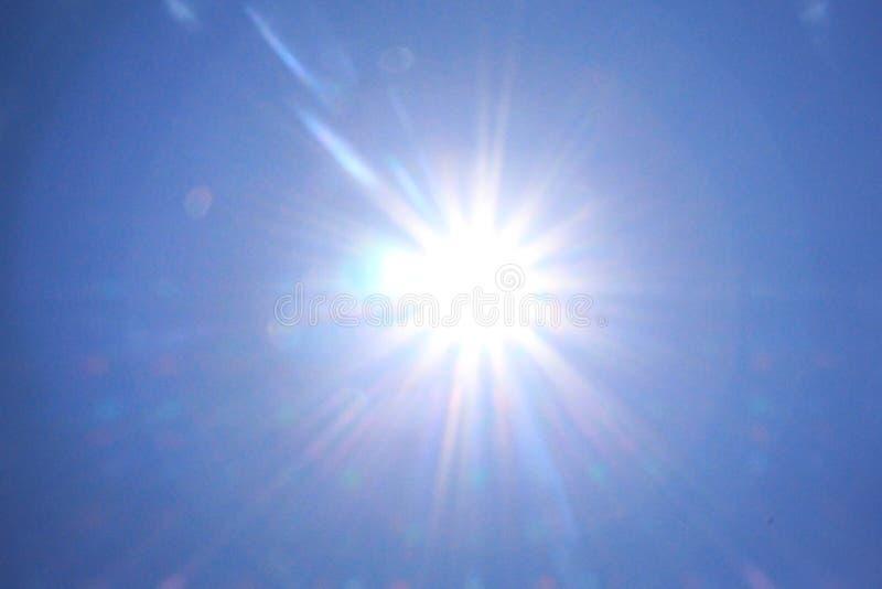 Słońce i niebieskie niebo fotografia royalty free