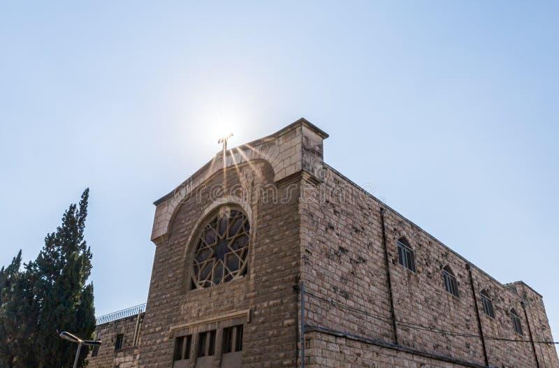 Słońce iluminuje świętego krzyż przy Chrześcijańskim monasterem lokalizować na Derekh Shechem ulicie w Jerozolima, Izrael - Nablu zdjęcia royalty free