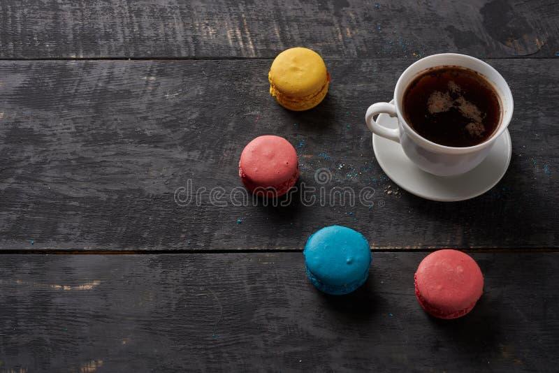 Słońce kawa i macaroon zdjęcie royalty free