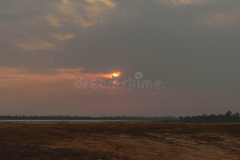 Słońce kryje zmrok chmurą zdjęcie stock