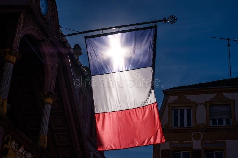 Słońce krzyż w Francuskim Tricolore w Mulhouse mieście obraz stock