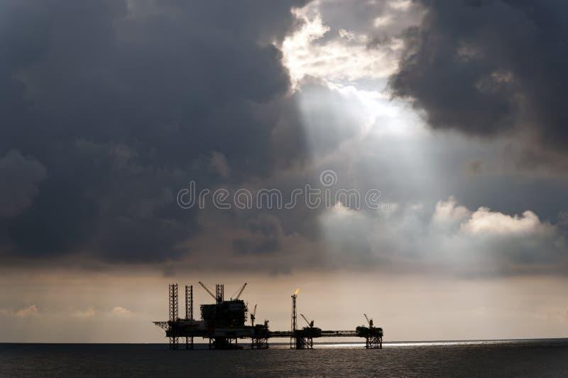 Słońce lekcy promienie nad platformą wiertniczą obraz royalty free