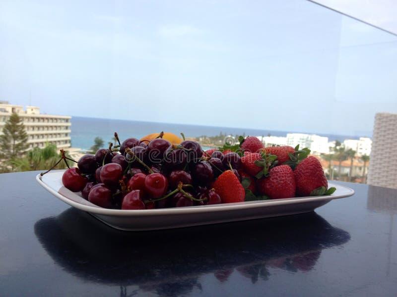 Słońce, morze, fruits& x29; obraz royalty free