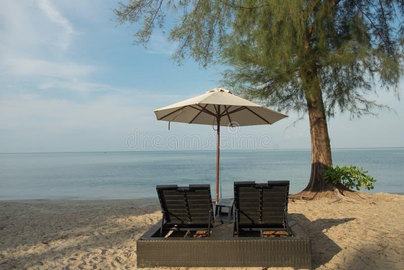 Słońce, morze, piasek, plaża i niebo z, plażowym krzesłem i parasolem fotografia stock