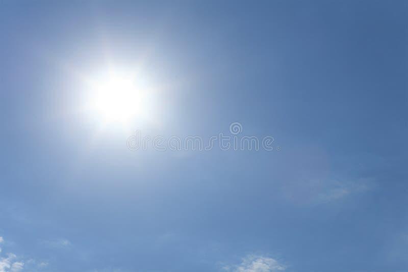 Słońce na niebieskim niebie fotografia royalty free