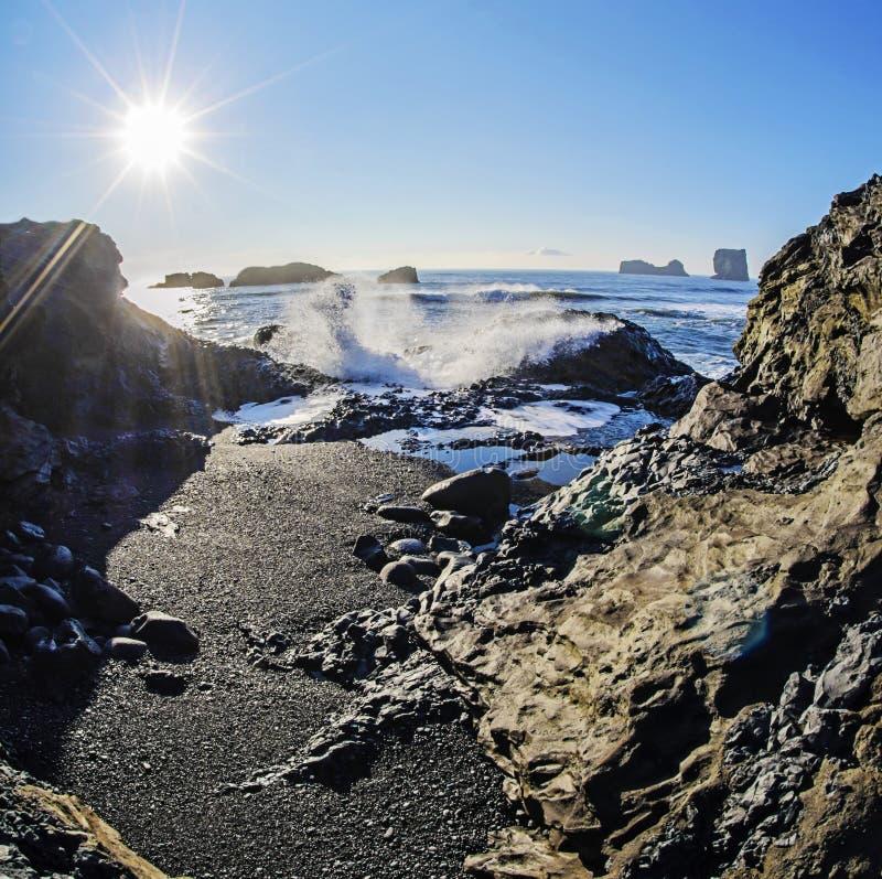 Słońce nad czerni plażą Iceland obraz royalty free