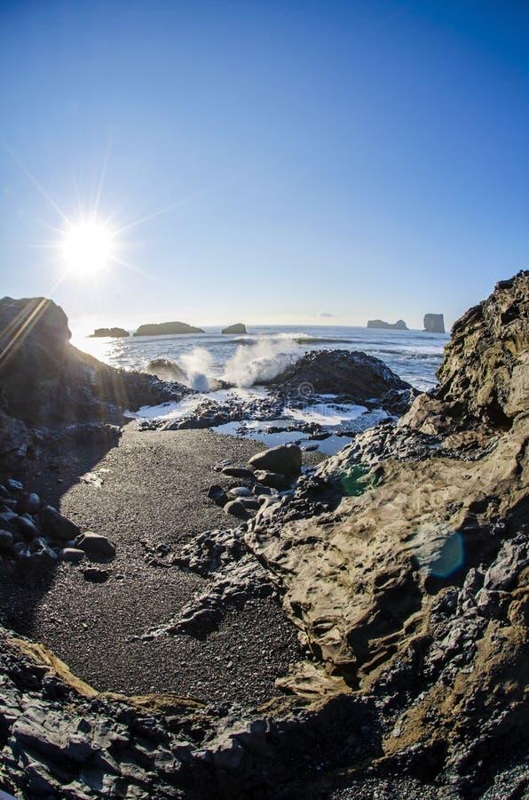 Słońce nad czerni plażą Iceland obrazy royalty free