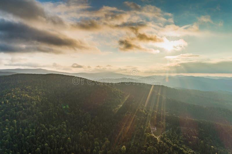 Słońce nad góry widok z lotu ptaka zdjęcie stock