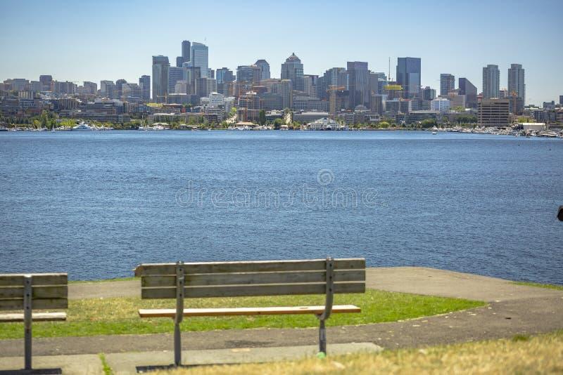 Słońce nad Seattle, parkowa ławka w przedpolu fotografia royalty free
