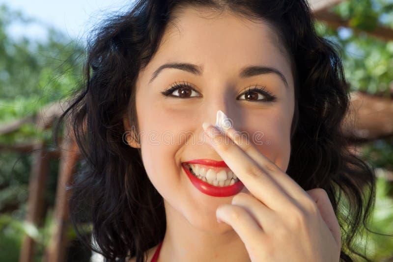 Słońce ochrona na jej nosie zdjęcie stock