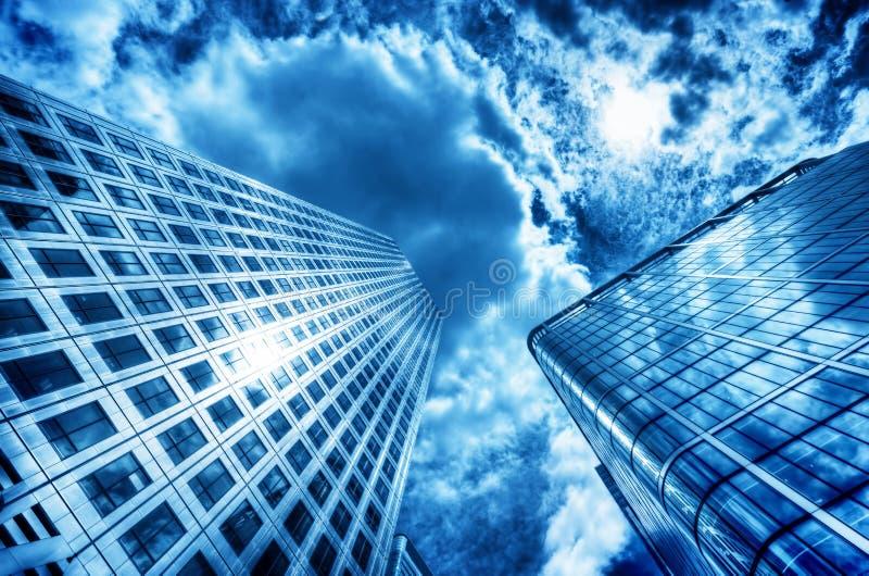 Słońce odbija w nowożytnym biznesowym drapaczu chmur, wieżowiec zdjęcie stock