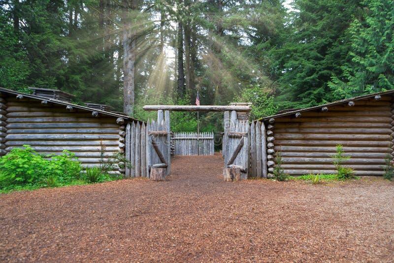 Słońce promienie nad fortem Clatsop w Oregon suną obraz royalty free