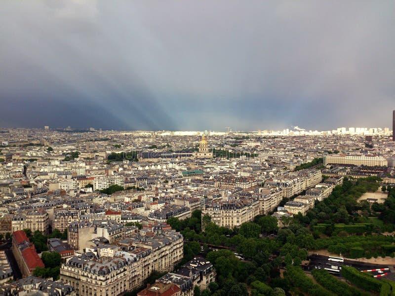 Słońce promienie nad Paryż po burzy fotografia stock