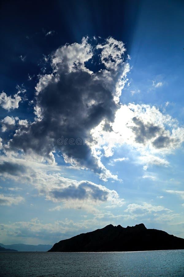 Słońce promienie przebija przez chmur nad powulkaniczną wyspą Savo, Solomon wyspy zdjęcia royalty free