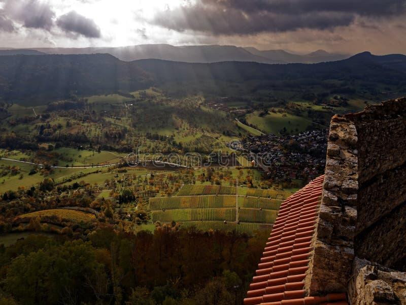 Słońce promienie w Szwabskim alba krajobrazie roszują widok przy spadkiem zdjęcie stock