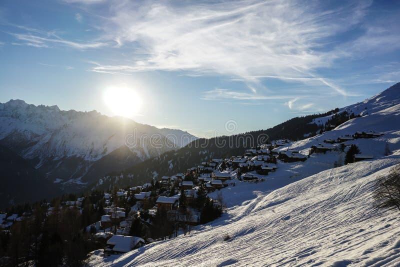 Słońce sety nad verbier w zimie obrazy stock