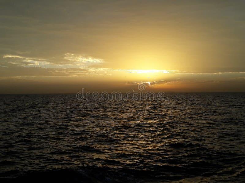 Słońce siedzi w czerwonym morzu zdjęcie stock