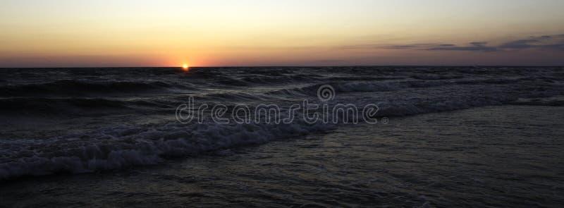Słońce spada w ocean fotografia royalty free