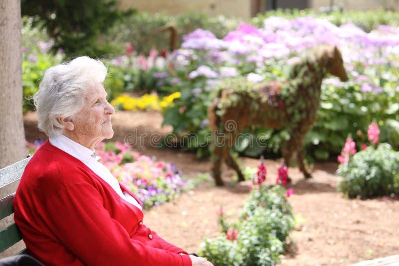 słońce starsza siedząca kobieta zdjęcie royalty free