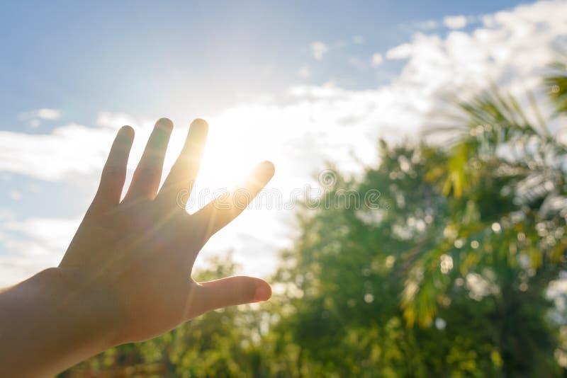 Słońce stora z ręką w gorącym lecie - ogrzewa pojęcie fotografia royalty free