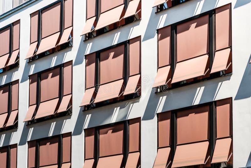 Słońce story nowożytni sunshades, markizy na budynek fasadzie,/ zdjęcia stock