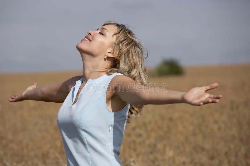 słońce TARGET814_0_ urocza uśmiechnięta kobieta obraz royalty free
