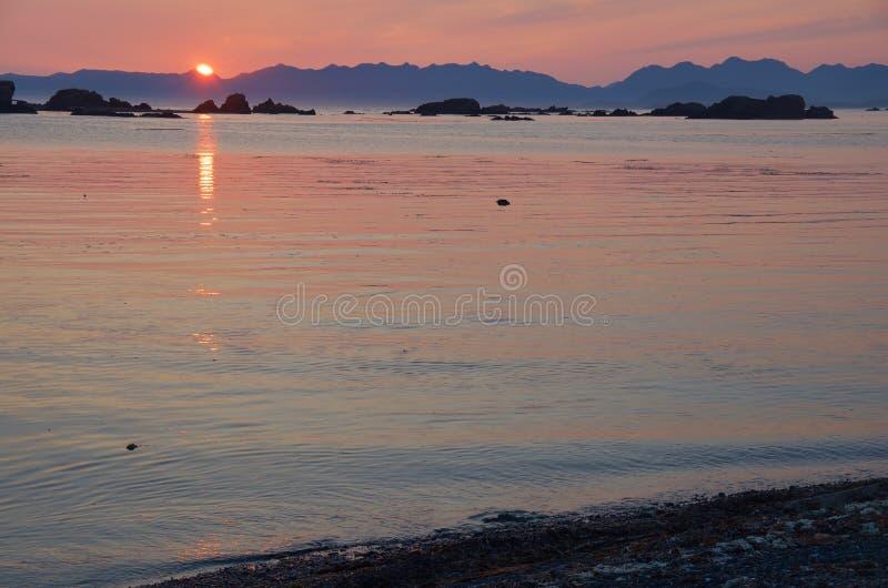 Słońce ustawia czerwień nad Brookes półwysepem, odbija daleko spokój nawadnia chroniona zatoka na wiosny wyspie zdjęcie royalty free