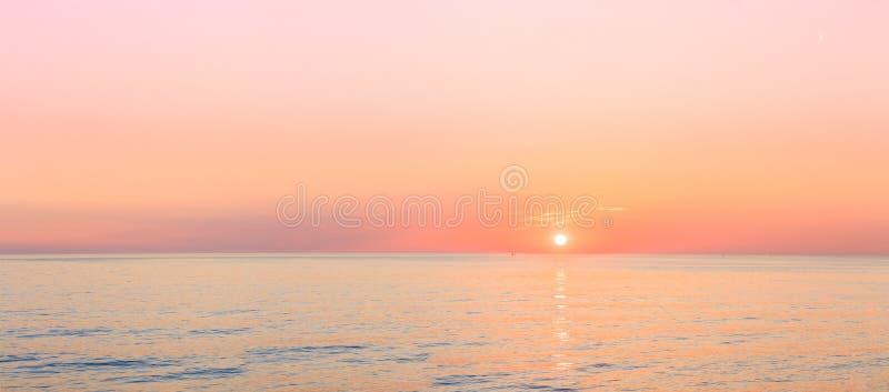 Słońce Ustawia Na horyzoncie Przy zmierzchu wschodem słońca Nad morzem Lub oceanem fotografia royalty free