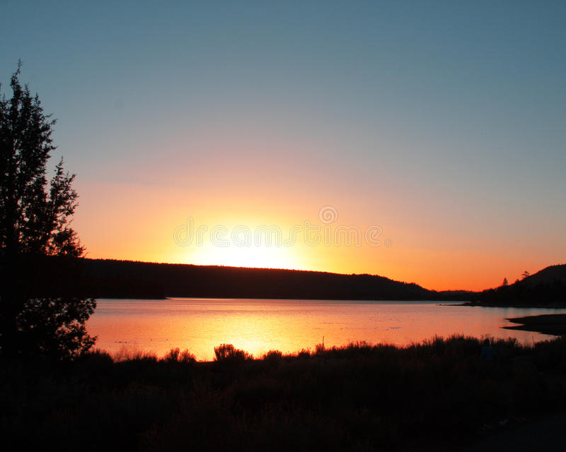 Słońce ustawia nad Dużym Niedźwiadkowym Jeziornym Kalifornia zdjęcia stock