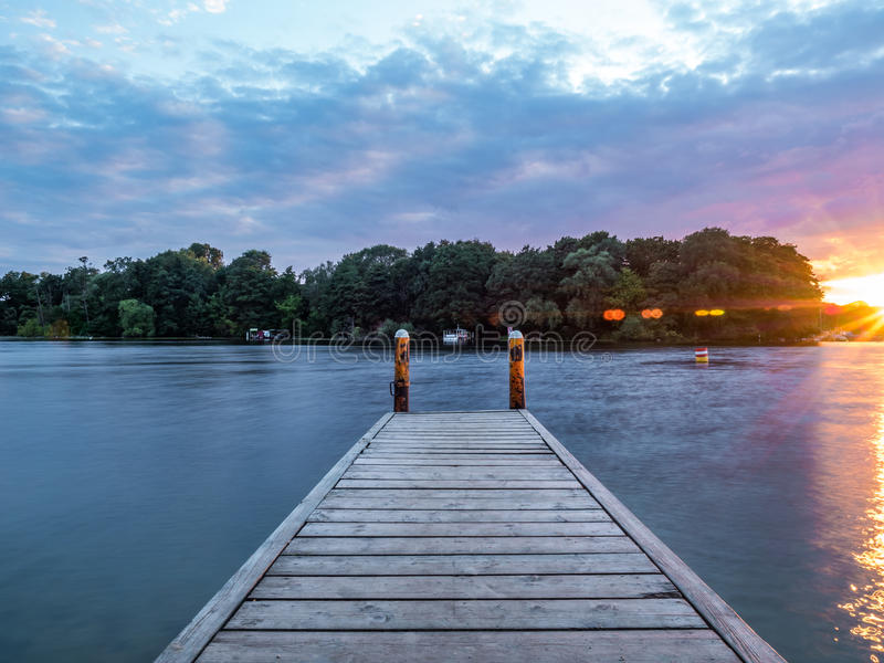 Słońce ustawia nad jeziorem w drewnach w lecie, zdjęcie royalty free