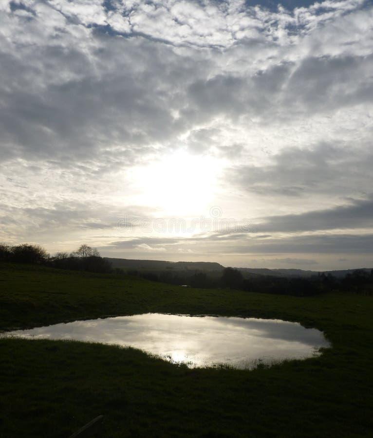 Słońce ustawia nad małym jeziorem w Leintwardine fotografia royalty free