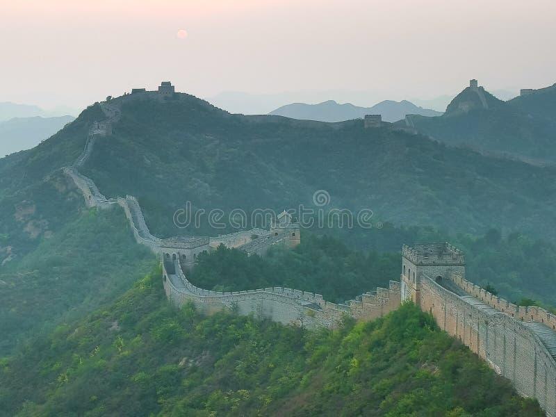 Słońce ustawia nad wielkim murem Chiny przy Jinshanling zdjęcie royalty free
