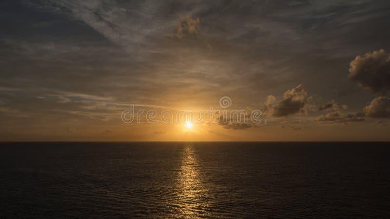 Słońce ustawiający na oceanie zdjęcie royalty free