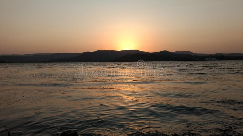 Słońce ustawiający przy khadakwasala tamą obraz stock
