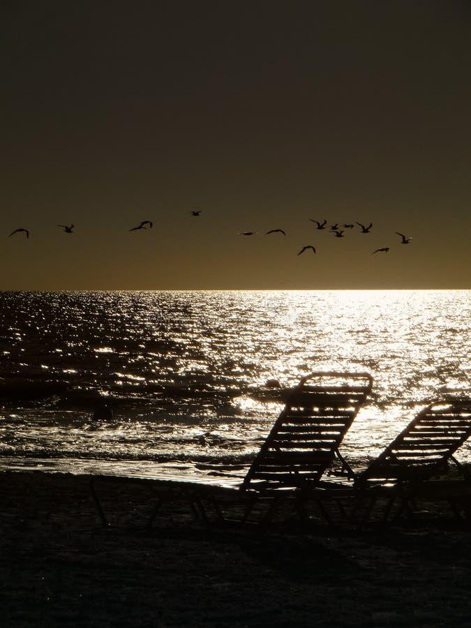 Słońce Ustawiający z krzesłami obrazy stock