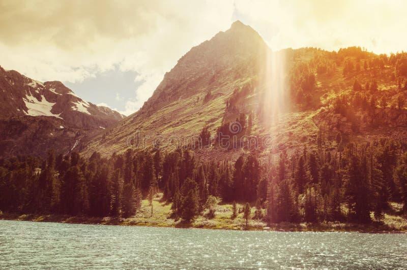 Słońce wśród halnych szczytów Lato piękny krajobraz fotografia stock