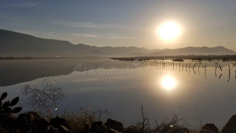 Słońce w jeziorze zdjęcia stock