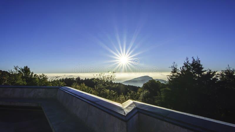 Download Słońce w ranku obraz stock. Obraz złożonej z światło - 57658785