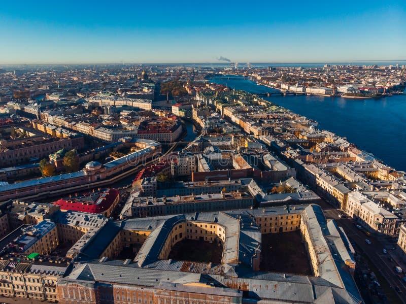 Słońce w St Petersburg Jesień dzień Studnie Neva rzeka Mosty, rzeki i kanały, Odgórnego widoku anteny truteń fotografia stock