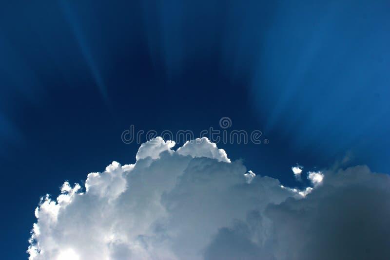Słońce za białą chmurą Dramatyczny niebieskie niebo z słońce promieniami fotografia stock