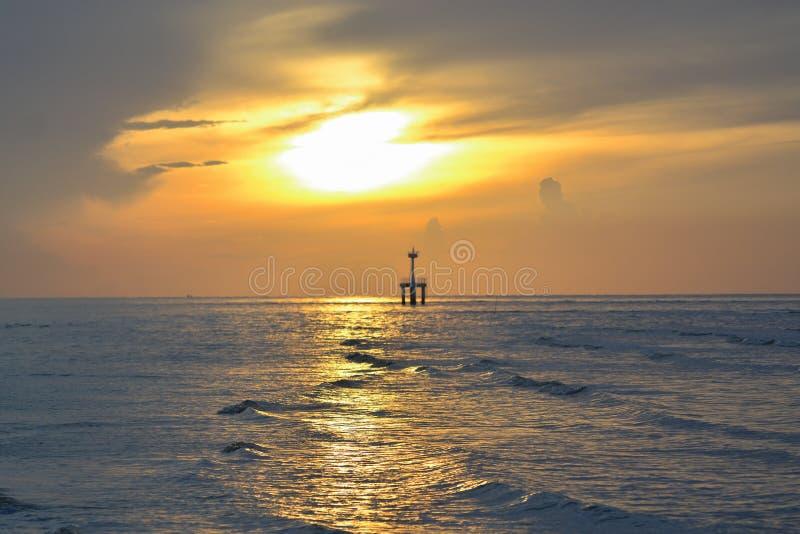 Słońce zaczynał wzrastać od morza w ranku obrazy royalty free