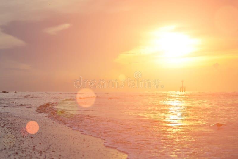 Słońce zaczynał wzrastać od morza w ranku obraz stock