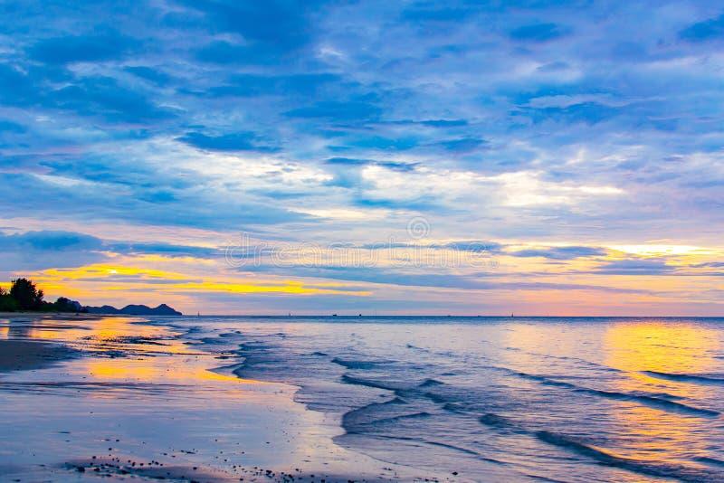 Słońce zaczynał wzrastać od morza w ranku obrazy stock
