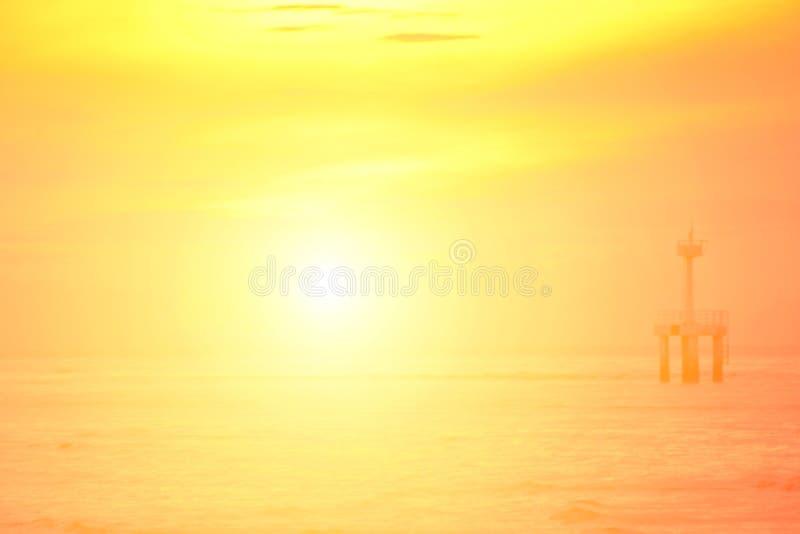 Słońce zaczynał wzrastać od morza w ranku zdjęcie stock