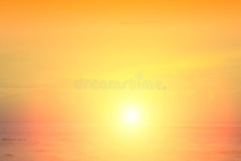 Słońce zaczynał wzrastać od morza w ranku fotografia stock